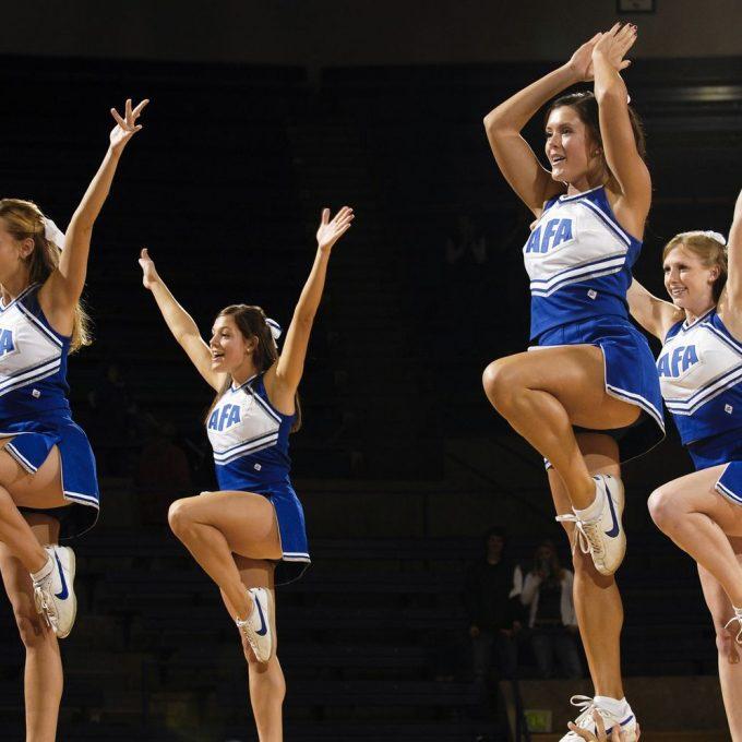 cheerleaders-654381_1920